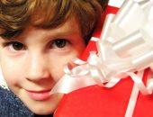 Ребёнок 10 лет с подарком