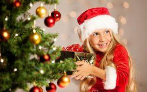 11-летний ребёнок в новогодним подарком