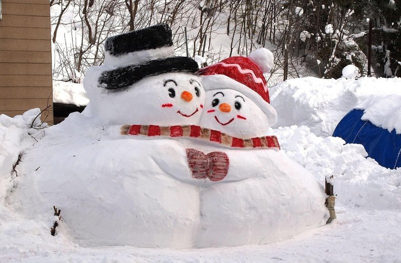 Снеговик из снега