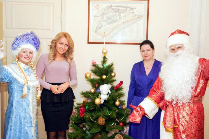 Дед Мороз и Снегурочка поздравляют руководителя в офисе