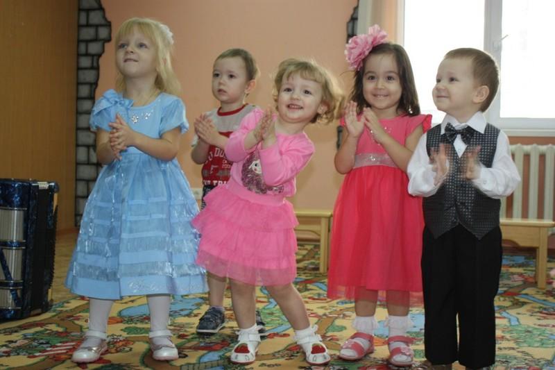 Ребёнок в детском саду на новый год рассказывает стих