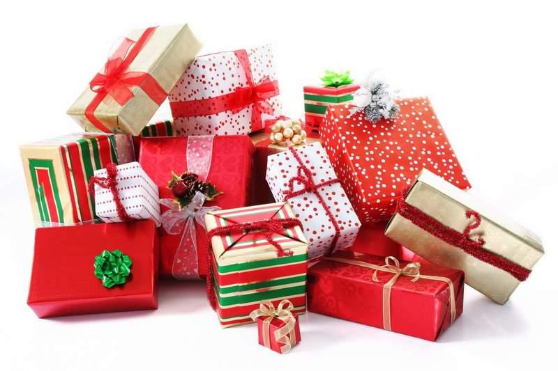 Воспитателю дарят подарок на Новый год