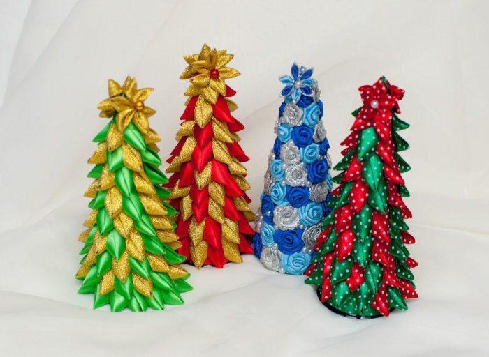 Новогоднее украшение из лент