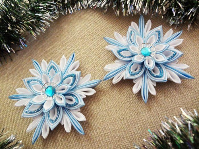 Новогоднее украшение из атласных лент
