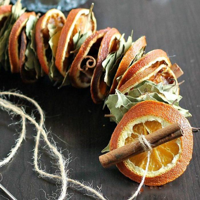 Украшение из сухих апельсинови