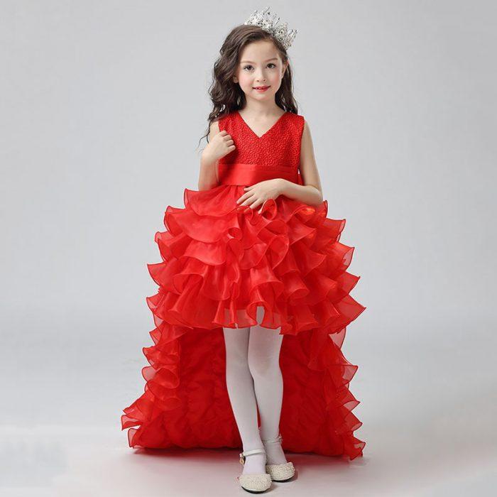 Девочка в платье со шлейфом