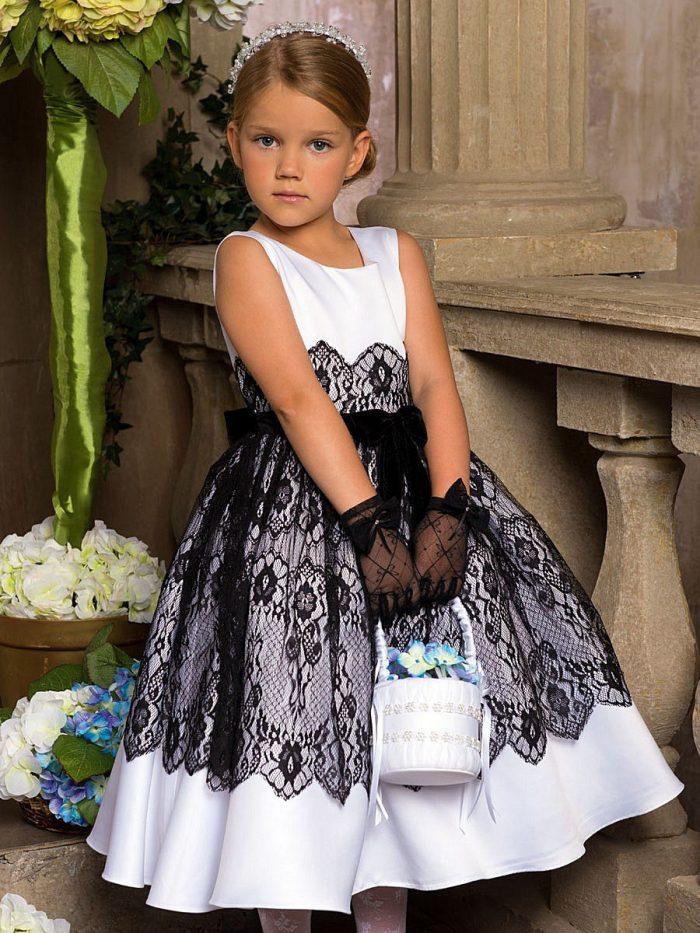 Девочка в платье с ободком на голове