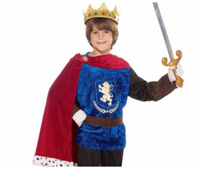 Мальчик в образе короля Артура