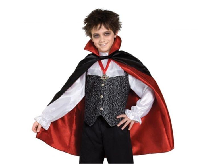 Мальчик в образе графа Дракулы