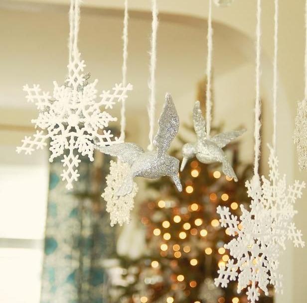 Идеи как украсить помещение к Новому году — снежинки и птички