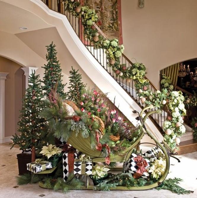 Украшение лестницы гирляндами из шаров