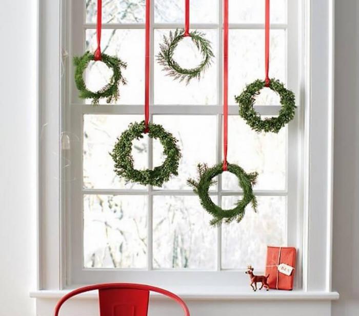 Украшение окна на Новый год венками