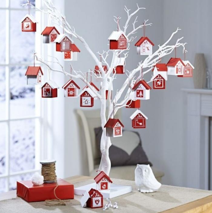 Украшение комнаты на Новый год — дерево с домиками