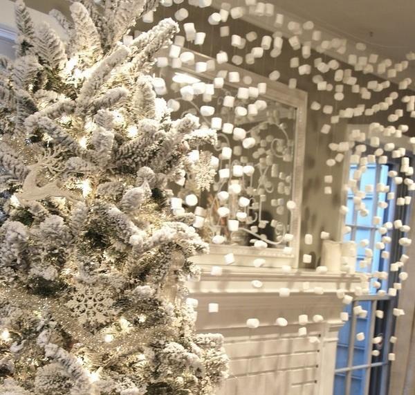 Украшение дома на Новый год гирляндой из пенопласта