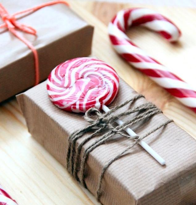 Красивая упаковка новогодних подарков − лединец на коробке