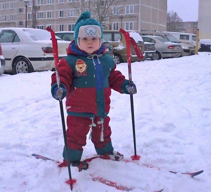 Маленький ребёнок на лыжах