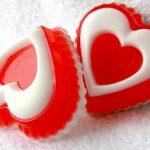 Мыло в виде красно-белых сердечек