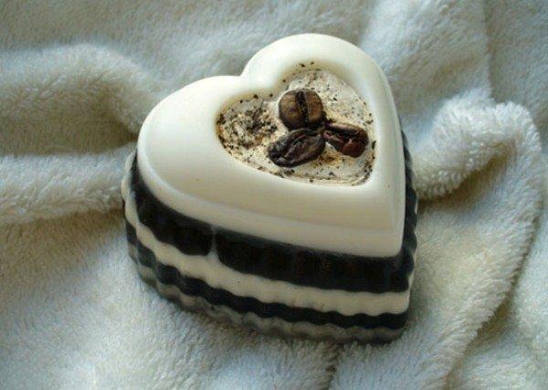 Коричнево-белое мыло в виде сердца