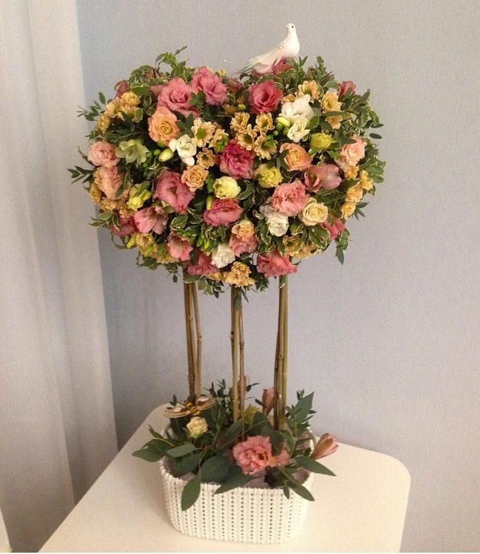 Топиарий из живых роз, хризантем, цветочных листьев и декоративной травы