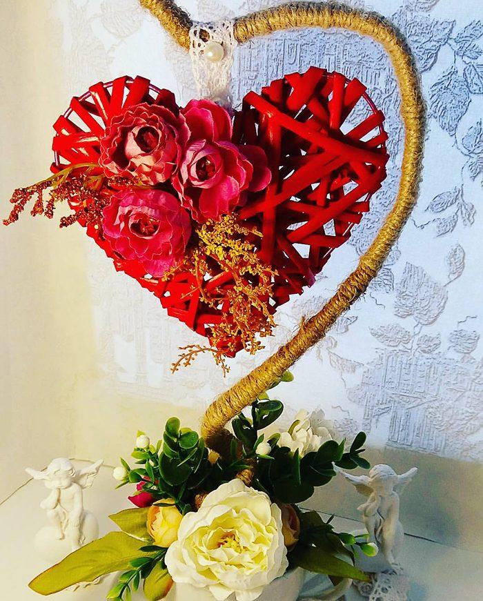 Сердце из стальной проволоки, красной латексной ленты и искусственных роз