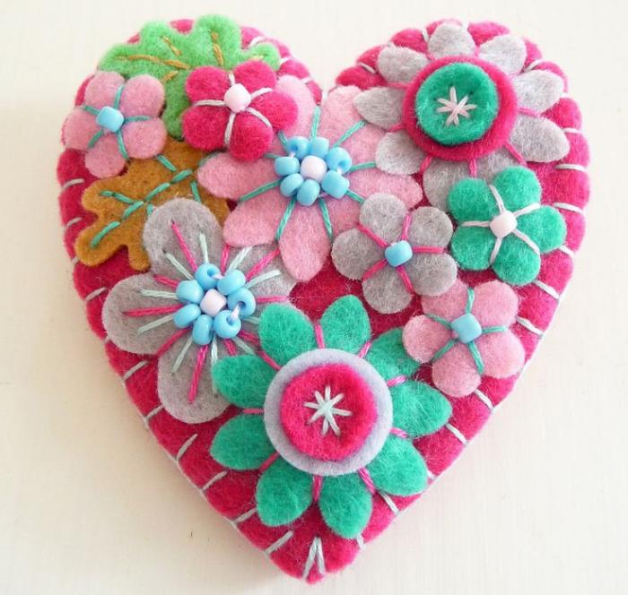 Цветы из фетра на валентинке