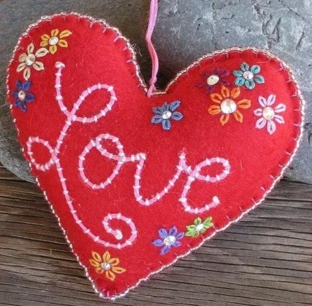 Вышитое слово Love