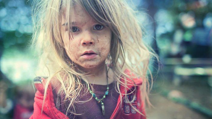 Неопрятная маленькая девочка