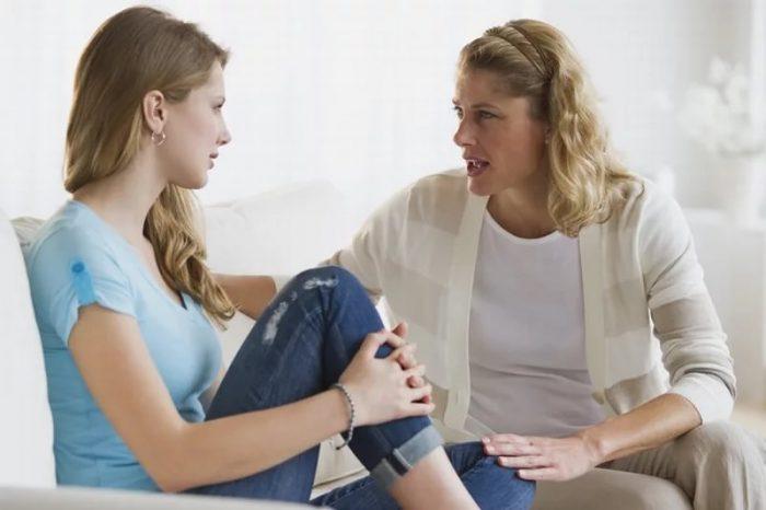 Дочь разговаривает с матерью