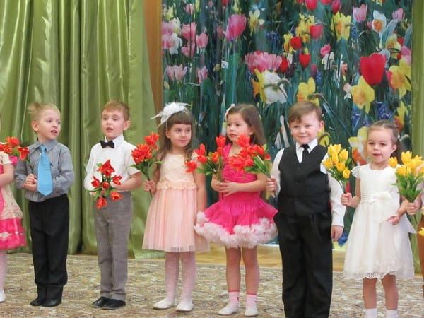 Дети с цветами