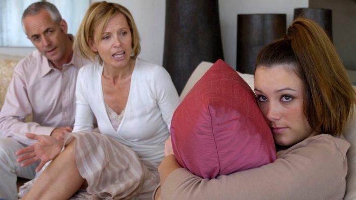 Девушка с родителями