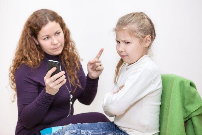 Девочку ругают за разбитый телефон
