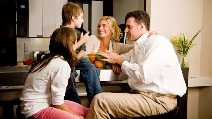 Семья обсуждает вопросы