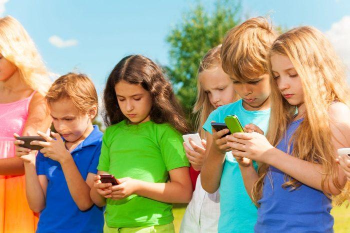 Дети с телефонами в руках