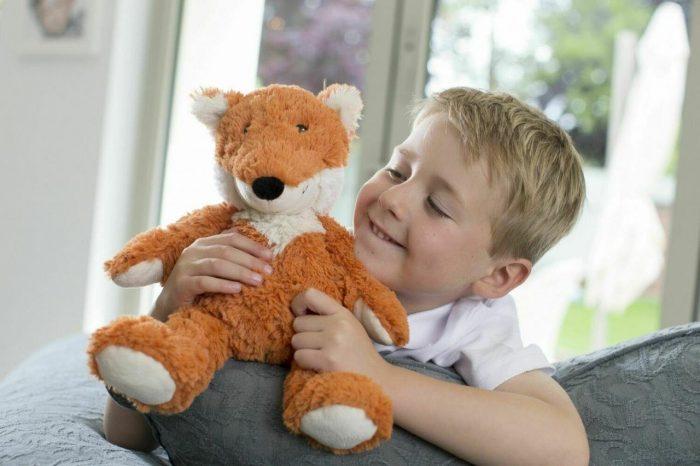 Мальчик с плюшевым лисёнком