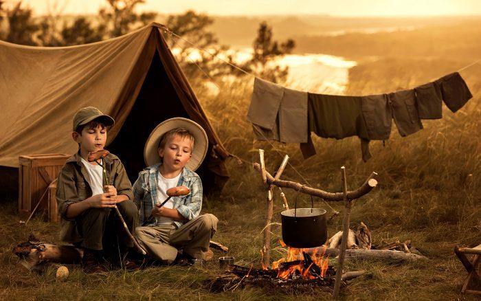 Два мальчика у костра в походе