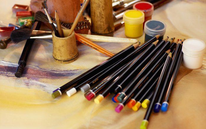 Карандаши, краски и кисти