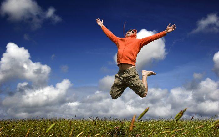 Человек подпрыгивает от радости