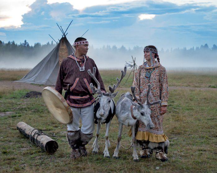 Молодая пара кочевников на фоне жилища