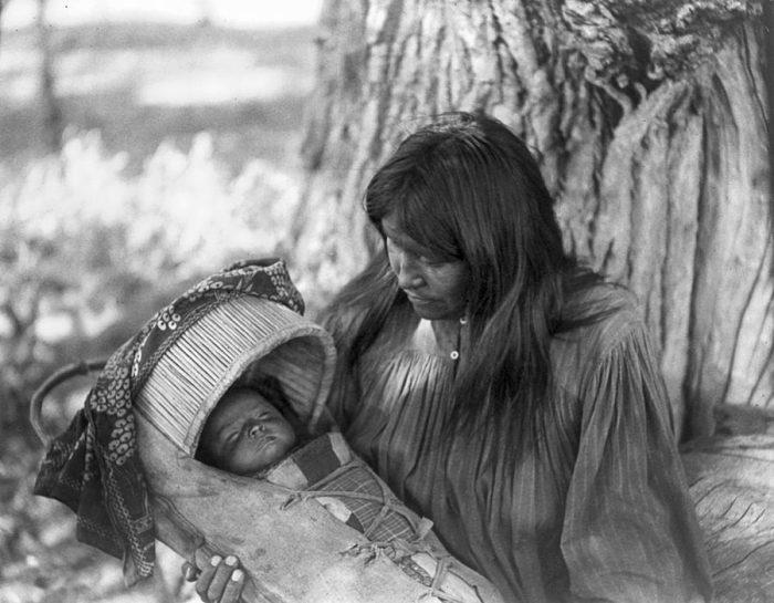 Молодая женщина укачивает ребёнка