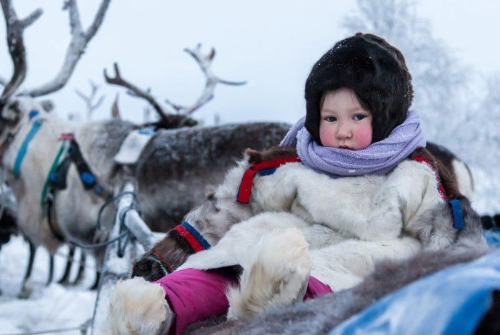 Девочка в национальном костюме народов севера