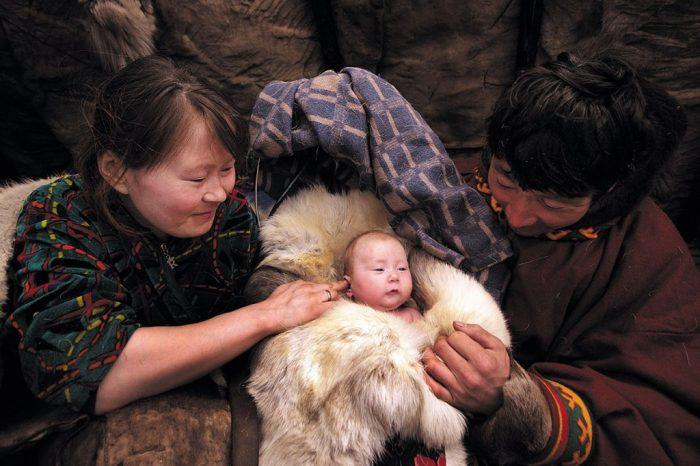 Новоиспечённые родители со своим младенцем