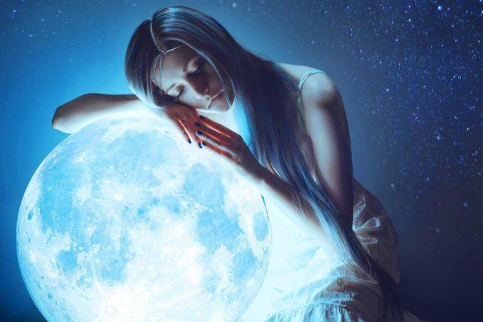 Женщина обнимает луну