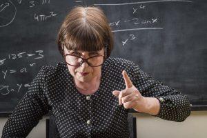 Некоторые «ядовитые» замечания учителей снижают детскую самооценку, уже будучи взрослыми, люди помнят долгие годы.