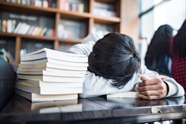Студент спит на учебнике