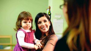 Ребенок знакомится с воспитателем в детском саду