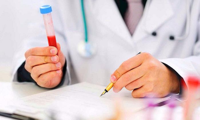 врач с анализом крови