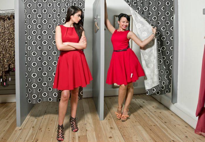 девушки в одинаковой одежде в примерочной